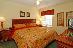 bedroom with king size bed at oak plantation resort in orlando