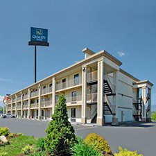 $129 | Quality Inn Parkway | Fall Pigeon Forge Vacation | Deluxe Hotel Room | 3 Days 2 Nights | $50 Dining Dough
